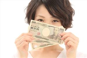 電子マネーを自分で現金化する女性